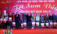 Thường trực Ban Bí thư Trần Quốc Vượng tặng quà công nhân lao động tại Bắc Giang