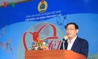 Phó Thủ tướng Vương Đình Huệ chúc Tết, tặng quà công nhân lao động tỉnh Kon Tum