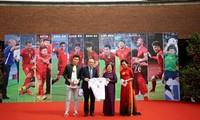 Trao chiếc áo, quả bóng có chữ ký của Đội tuyển Bóng đá VN tới Quỹ học bổng Vừ A Dính