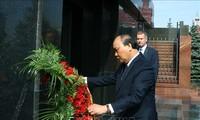 Thủ tướng Nguyễn Xuân Phúc đặt vòng hoa viếng Lênin tại Moscow