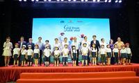 Lễ trao tặng Mũ bảo hiểm cho học sinh lớp một toàn quốc
