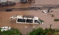 Đưa đoàn khách du lịch bị kẹt do mưa lớn và sạt lở đường về thủ đô Kathmandu - Nepal an toàn