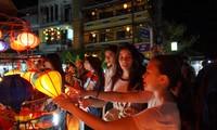 Thanh niên, sinh viên kiều bào khám phá phố cổ Hội An – Quảng Nam