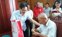 Phó Thủ tướng Vũ Đức Đam tặng quà các nạn nhân chất độc da cam tỉnh Phú Yên