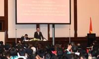 Нгуен Суан Фук встретился с сотрудниками посольства Вьетнама в Германии
