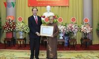 Вручен знак «70 лет членства в КПВ» бывшему вице-президенту СРВ Нгуен Тхи Бинь