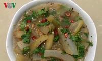 Маринованная кожа буйвола с овощами – деликатес народности Тхай в провинции Шонла