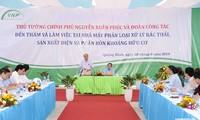 Премьер-министр Вьетнама посетил некоторые заводы в провинции Куангбинь
