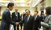 Нгуен Суан Фук приветствовал глобальные корпорации, желающие вести долгосрочный бизнес во Вьетнаме