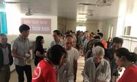Добровольцы кормят кашей пациентов из малоимущих семей