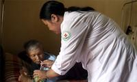 学习胡志明道德榜样运动的先进典型——阮氏春护士