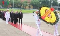 越南党政领导人入陵瞻仰胡志明主席遗容缅怀英烈