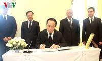 越南国家主席陈大光吊唁泰国国王普密蓬逝世