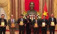越南国家副主席邓氏玉盛会见越南橙剂受害者协会代表团