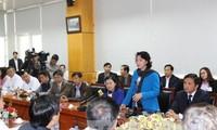越南国会主席阮氏金银看望癌症病人
