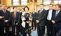 阮氏金银与匈牙利国会主席克韦尔·拉斯洛举行会谈