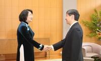 邓氏玉盛会见日本天皇和皇后