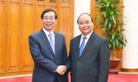 阮春福会见韩国总统文在寅的特使朴元淳