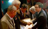 继续在建设和保卫祖国事业中发挥老年人的智慧和力量