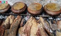 春节临近武大村烹制干焖鱼的热闹气氛