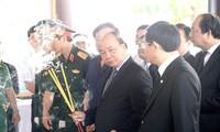越南政府总理阮春福和前总理阮晋勇前往吊唁已故前总理潘文凯