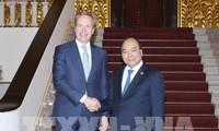 越南政府总理阮春福会见世界经济论坛总裁布伦德