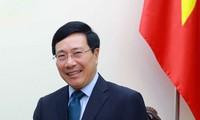 越南政府副总理范平明探望越南驻希腊大使馆
