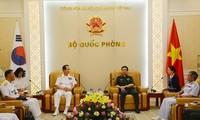 越南人民军总参谋长、国防部副部长潘文江会见韩国海军司令严贤圣