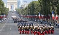 法国在期待世界杯决赛的气氛中欢度国庆