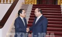 阮春福会见老挝政府副总理兼国家监察总署署长本通