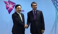 越南外长范平明分别会见日本外务省大臣河野太郎和伊朗外长扎里夫