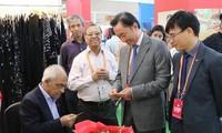 越南企业参加第六次印度国际丝绸博览会