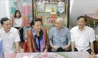 越南国会主席阮氏金银向芹苴市政策优抚家庭拜年