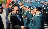 越南政府总理阮春福视察空军372师备战工作