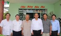 张和平看望前越南党、国家领导人及芹苴市政策优抚家庭