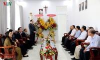越南祖国阵线中央委员会主席陈清敏看望潘切市教区