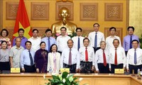 越南政府总理阮春福与祖国阵线中央委员会举行工作会议