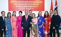 越南政府总理阮春福看望越南驻挪威大使馆