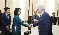 越南国家副主席邓氏玉盛会见澳大利亚昆士兰州总督德泽西