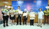 """越南友好组织联合会向6名美国和平人士授予""""民族和平友好""""纪念章"""