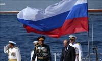 俄总统普京出席俄海军阅舰式