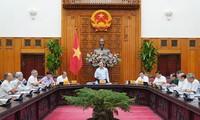 越南政府总理阮春福主持越共13大经济社会小组常委会会议