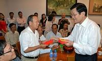 Chủ tịch nước Trương Tấn Sang gặp gỡ các cựu tù binh, cựu tù chính trị