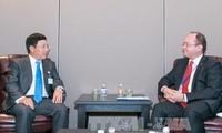 Phó Thủ tướng, Bộ trưởng Ngoại giao Phạm Bình Minh gặp Bộ trưởng Ngoại giao Estonia và Rumani
