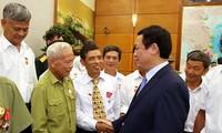 Phó Thủ tướng Vương Đình Huệ tiếp đoàn người có công tỉnh Nam Định