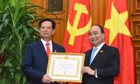 Thủ tướng Nguyễn Xuân Phúc trao huy hiệu Đảng cho các vị nguyên lãnh đạo Đảng, Nhà nước