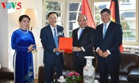 Thủ tướng Nguyễn Xuân Phúc thăm cán bộ, nhân viên Tổng Lãnh sự quán Việt Nam tại Frankfurt