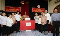 Tổng Bí thư Nguyễn Phú Trọng thăm, tặng quà người có công với cách mạng tại Hà Nội