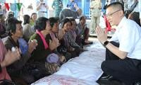Trao quà của Thủ tướng Nguyễn Xuân Phúc cho gia đình Việt kiều và Campuchia có hoàn cảnh khó khăn