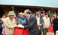 Phó Thủ tướng Chính phủ Trương Hòa Bình thăm, tặng quà đồng bào bị thiên tai mưa lũ huyện Đà Bắc